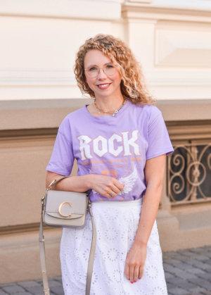 Sommeroutfit mit lila rock-shirt und chloé Handtasche in Taupe