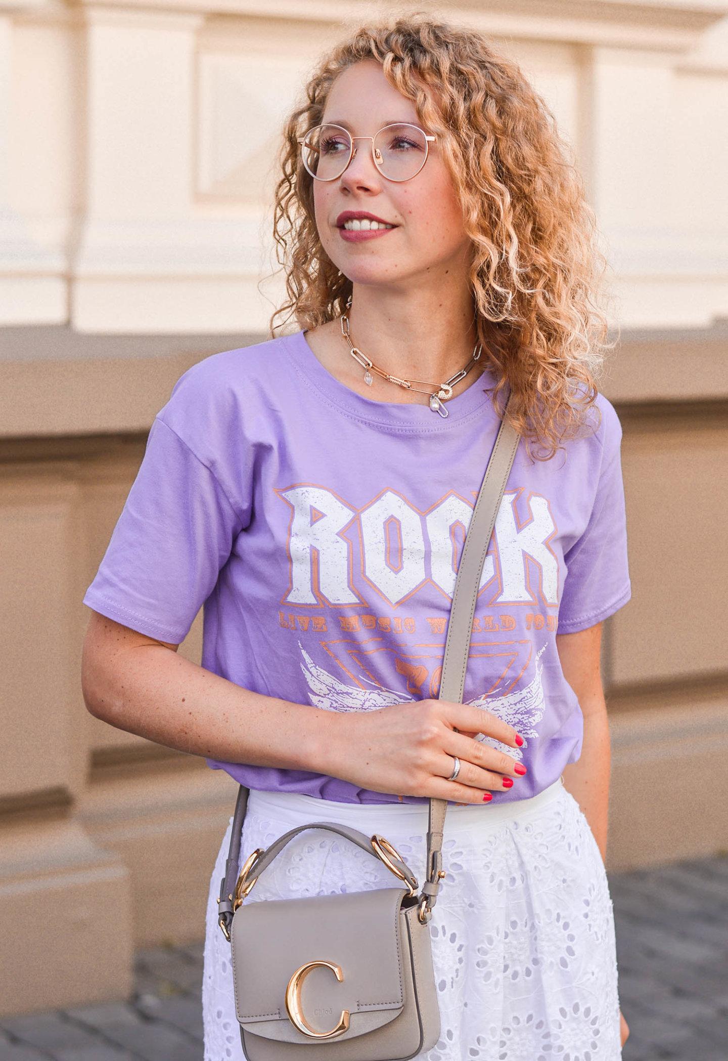 Flieder-farbenes Rock-Shirt und weißer Rock