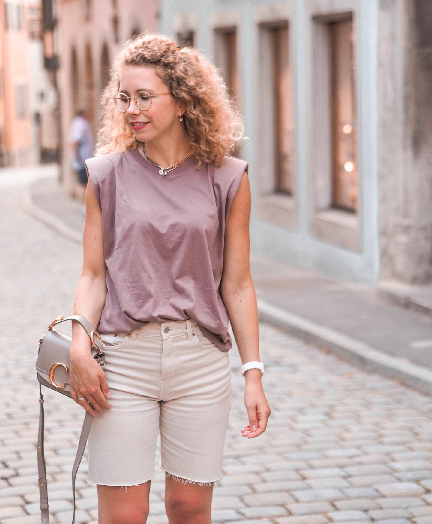 Erdtöne in der Mode: ein Sommeroutfit