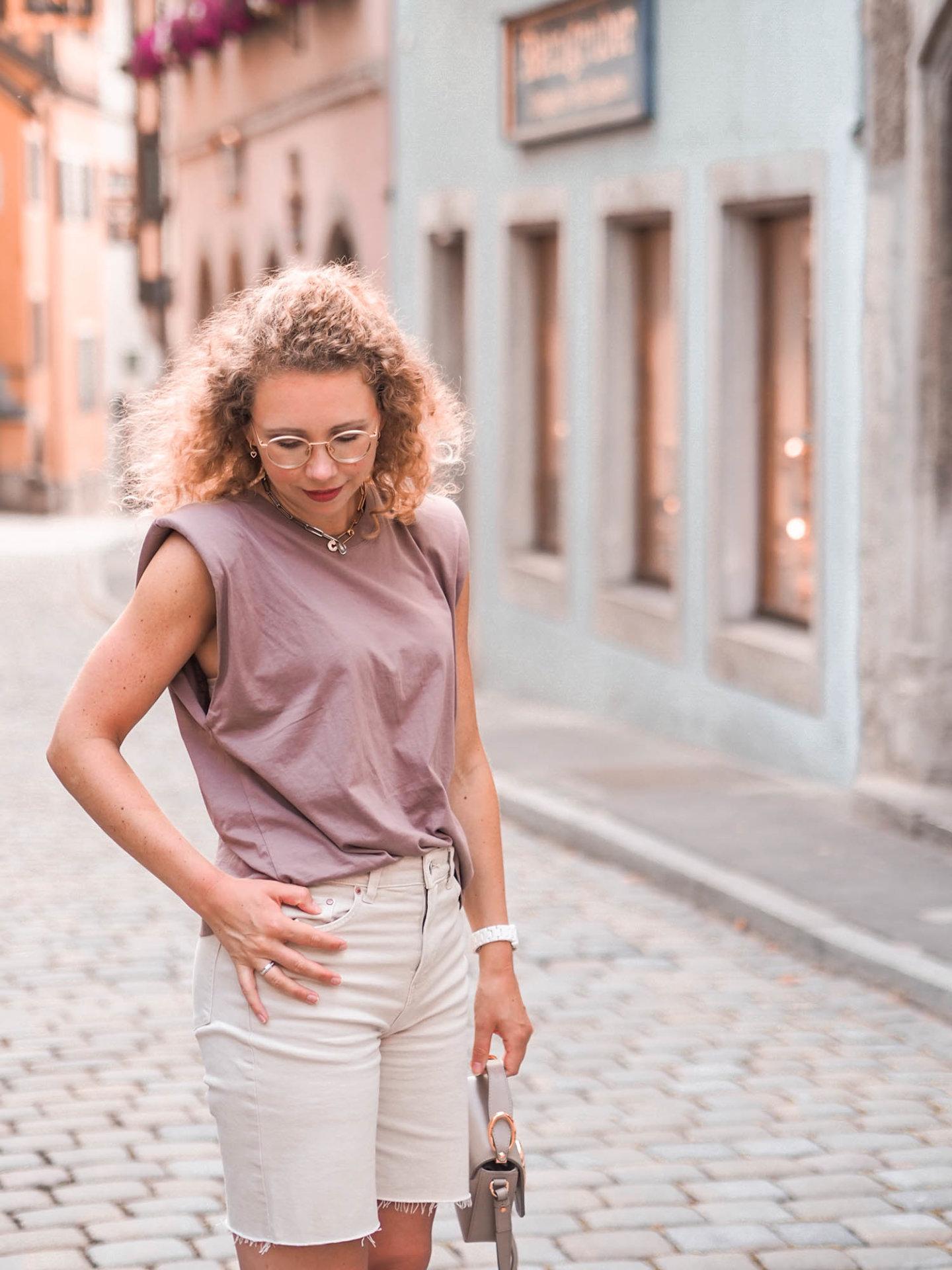 fashion-trends Schulterpolster-Shirt und Erdtöne in einem Outfit