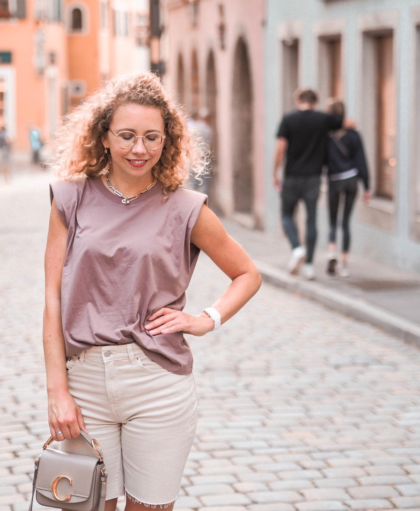 Sommerlook mit Schulterpolster-Shirt, Jeans Bermudas und Chloé Tasche