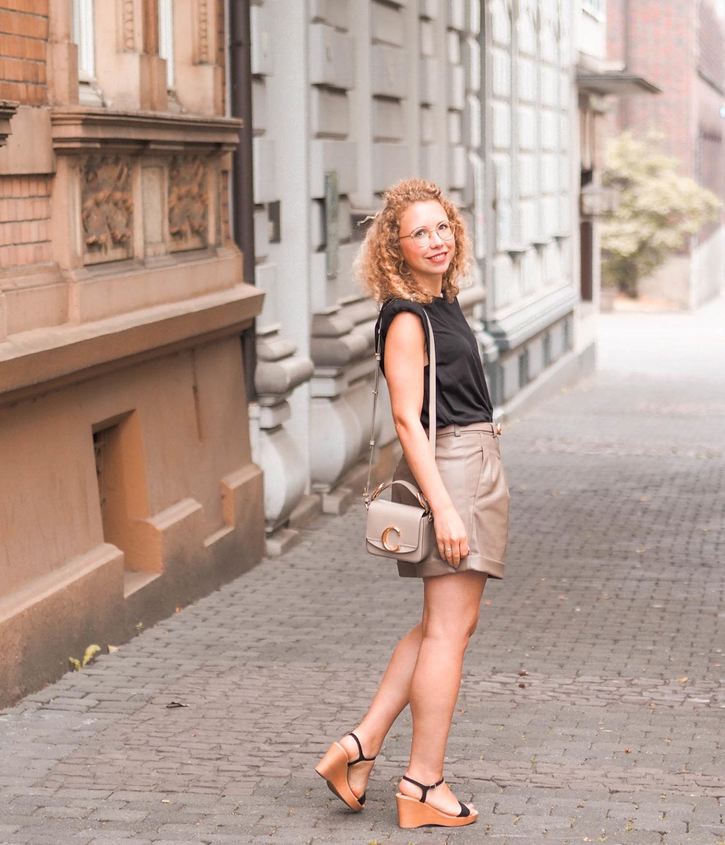 Ledershorts und Schulterpolster-Shirt und Chloe Handtasche und wedges