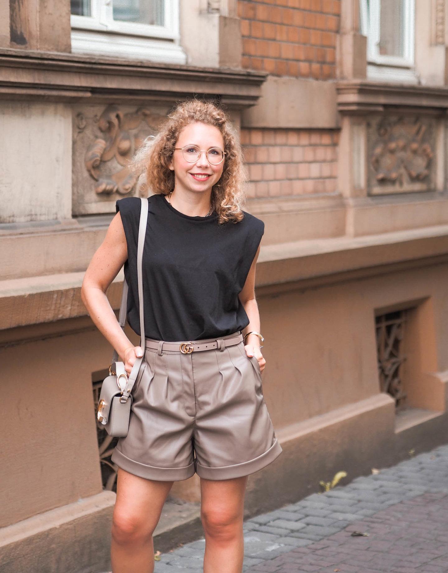 Ledershorts und Schulterpolster-Shirt - eleganter sommerlook