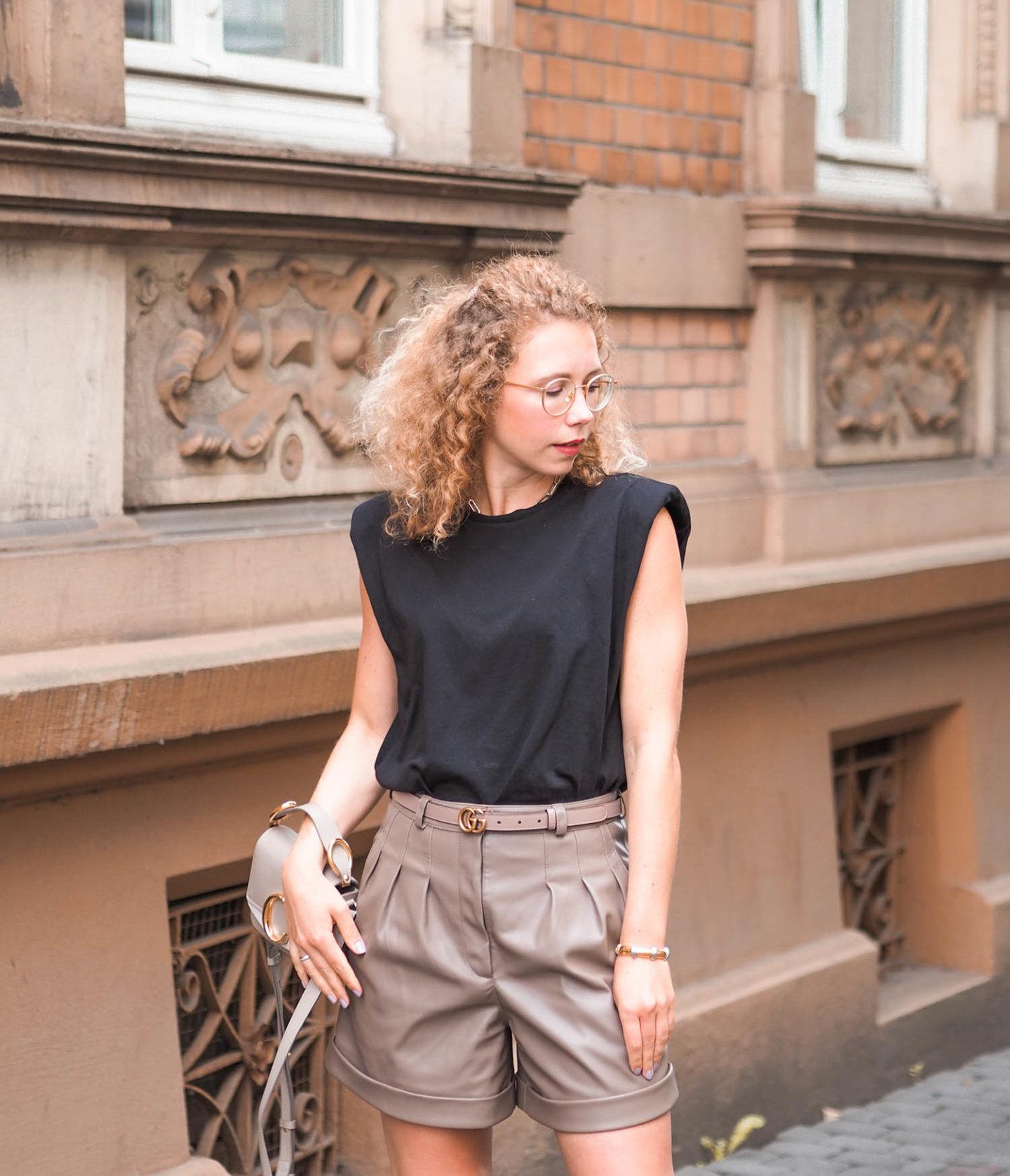 monki Schulterpolster-Shirt, Zara Ledershorts, Gucci Gürtel und Chloe Handtasche