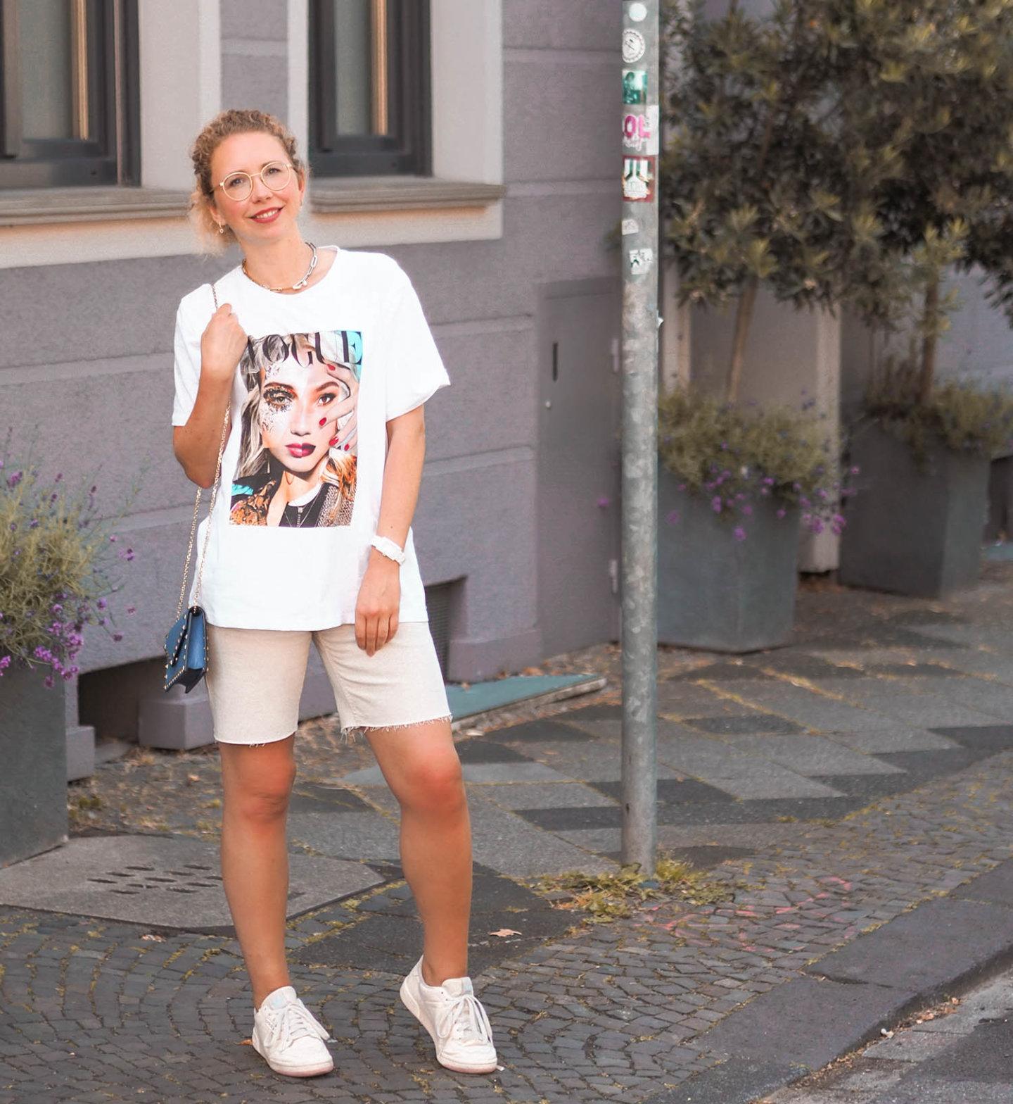 VOGUE T-Shirt mit Jeans Shorts, Valentino Handtasche und Sneakers