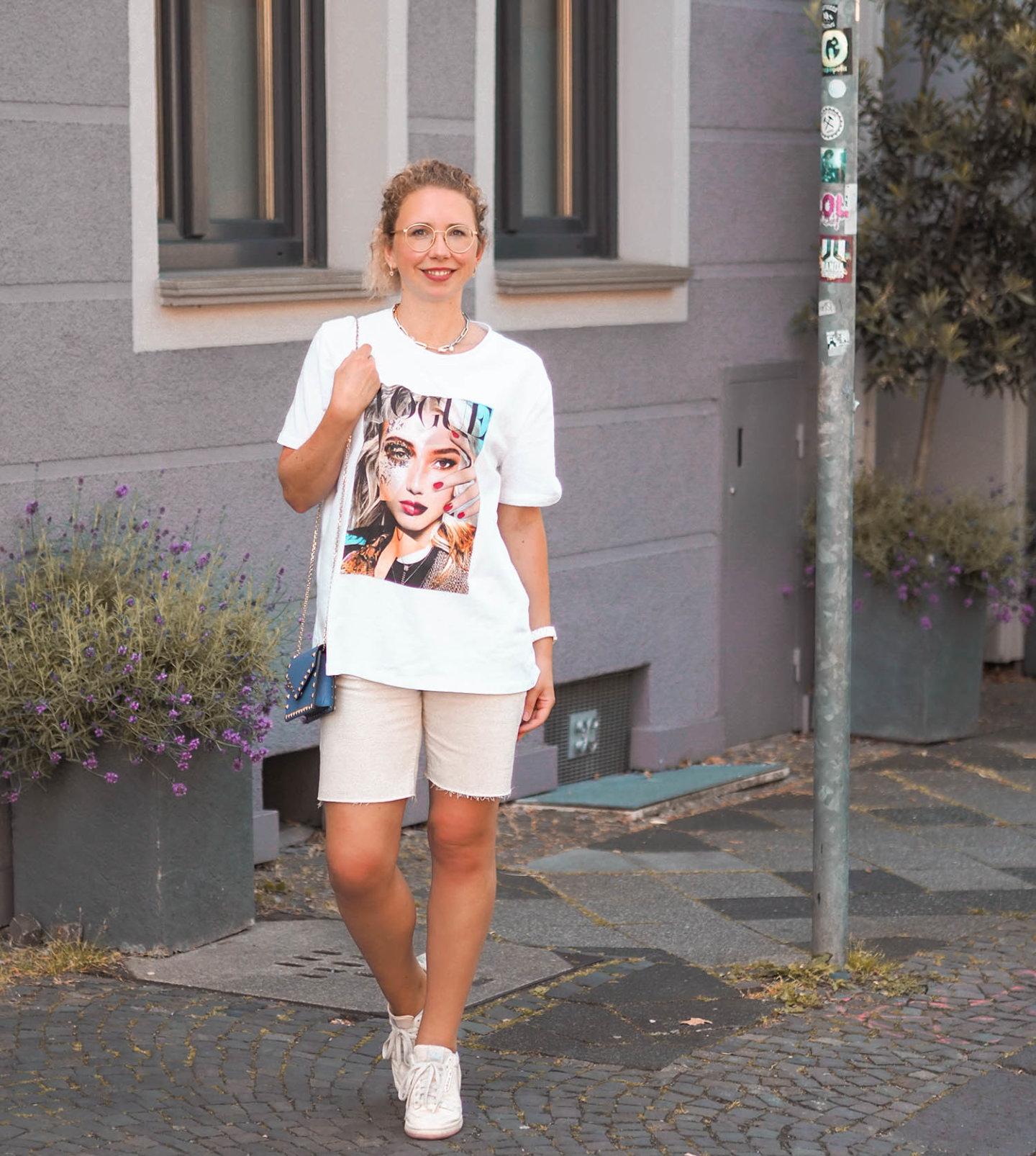 Lässiger Streetstyle mit oversized Print-Shirt und Jeans-Shorts