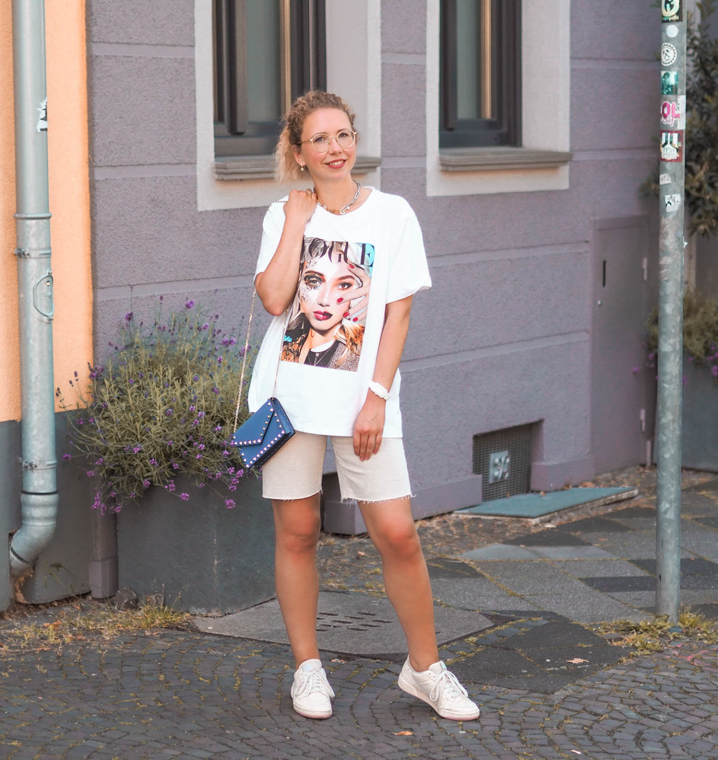 Sommeroutfit mit oversized VOGUE T-Shirt und Jeans Bermudas