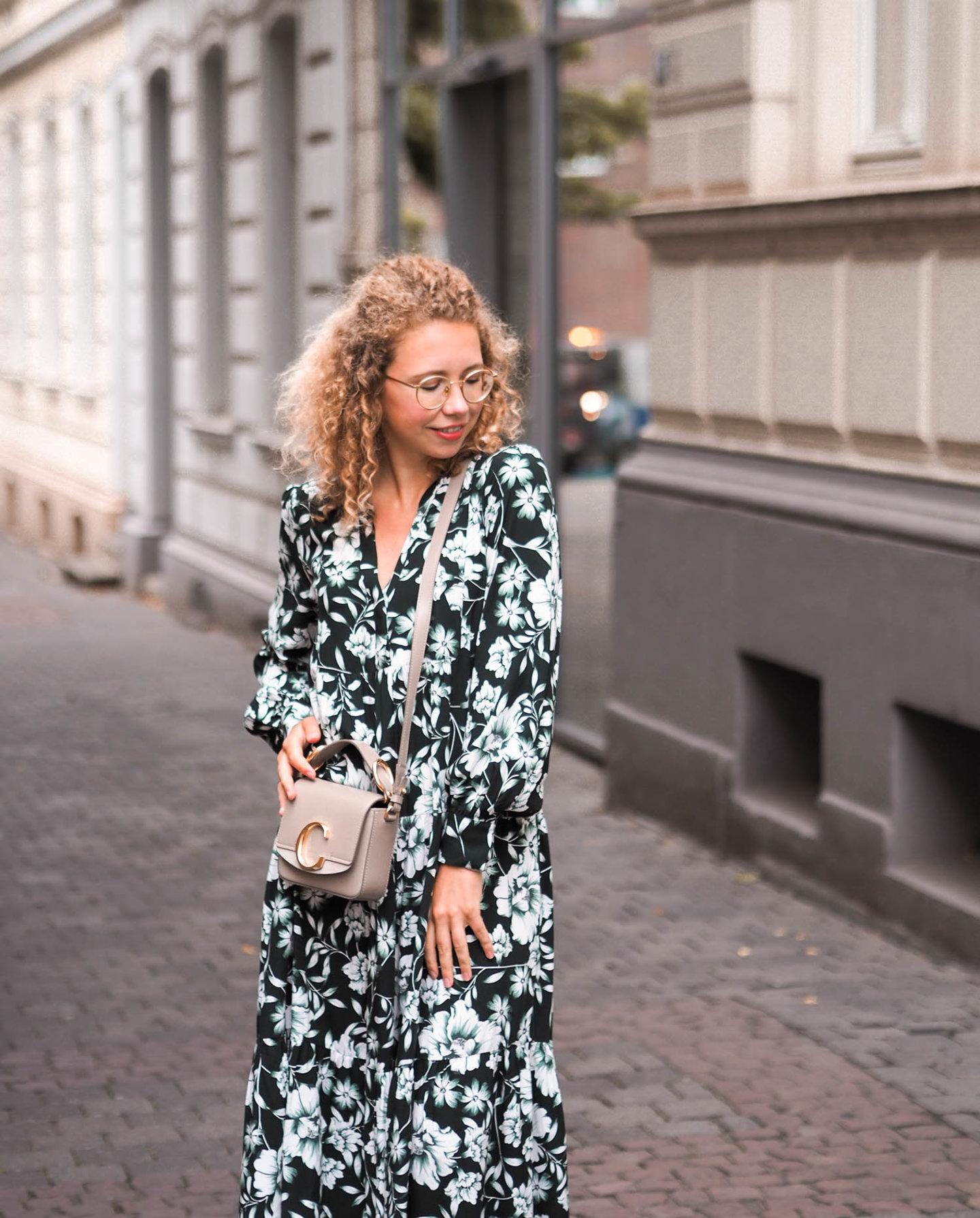 Langes Sommerkleid mit Blumen-Print und Chloé Handtasche