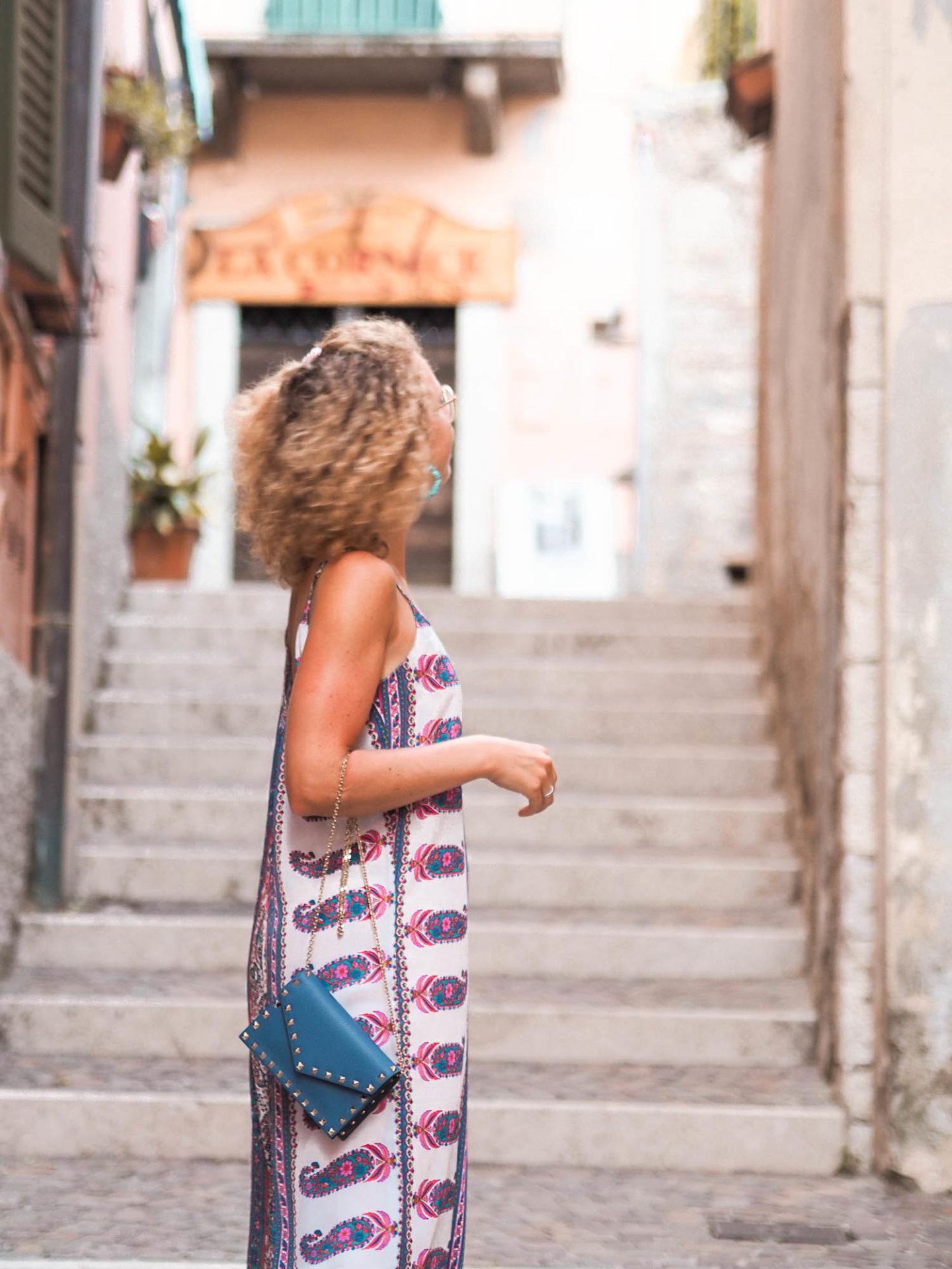 Sommer-Jumpsuit und Valentino Handtasche