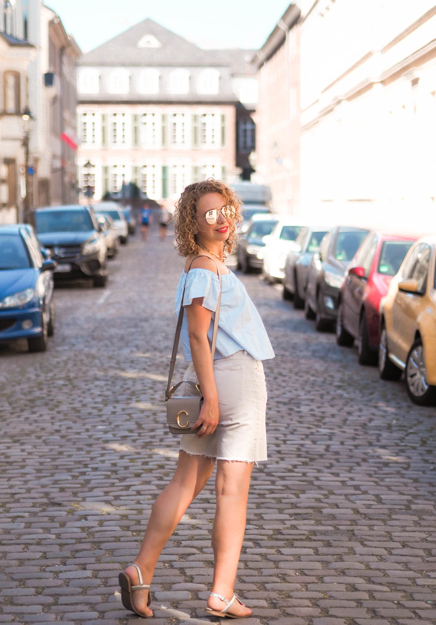 off-shoulder-shirt, denim shorts und chloé tasche