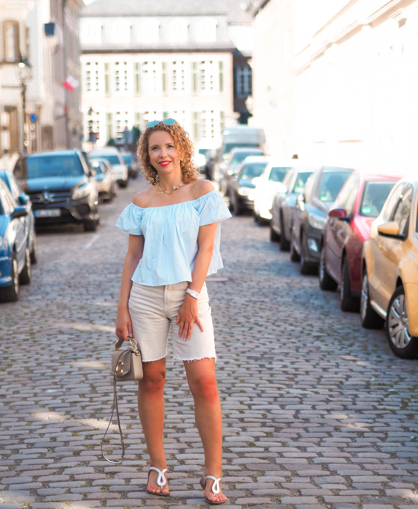 off-shoulder shirt und jeans-shorts