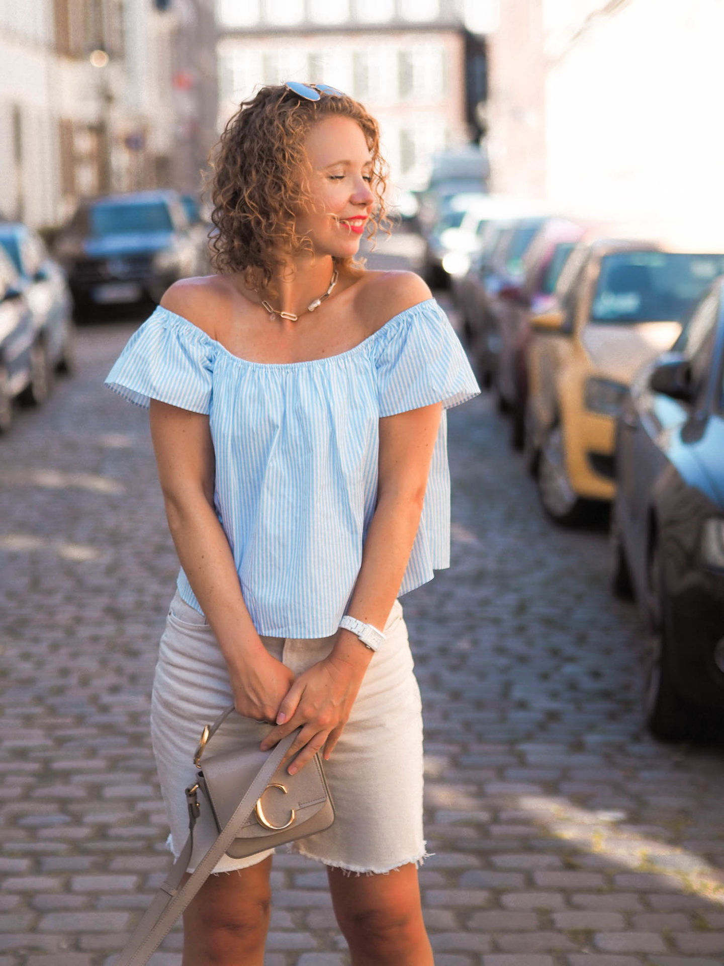 Sommeroutfit details mit off-shoulder-shirt