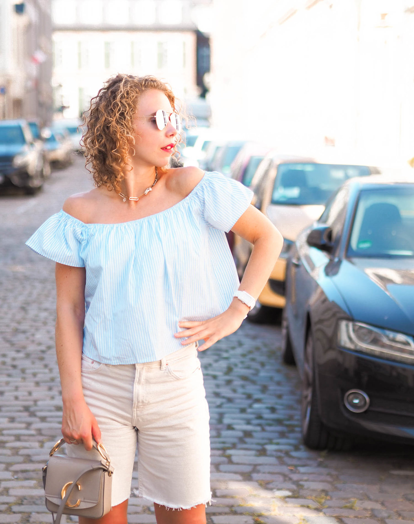 off-shoulder-shirt und jeans-shorts