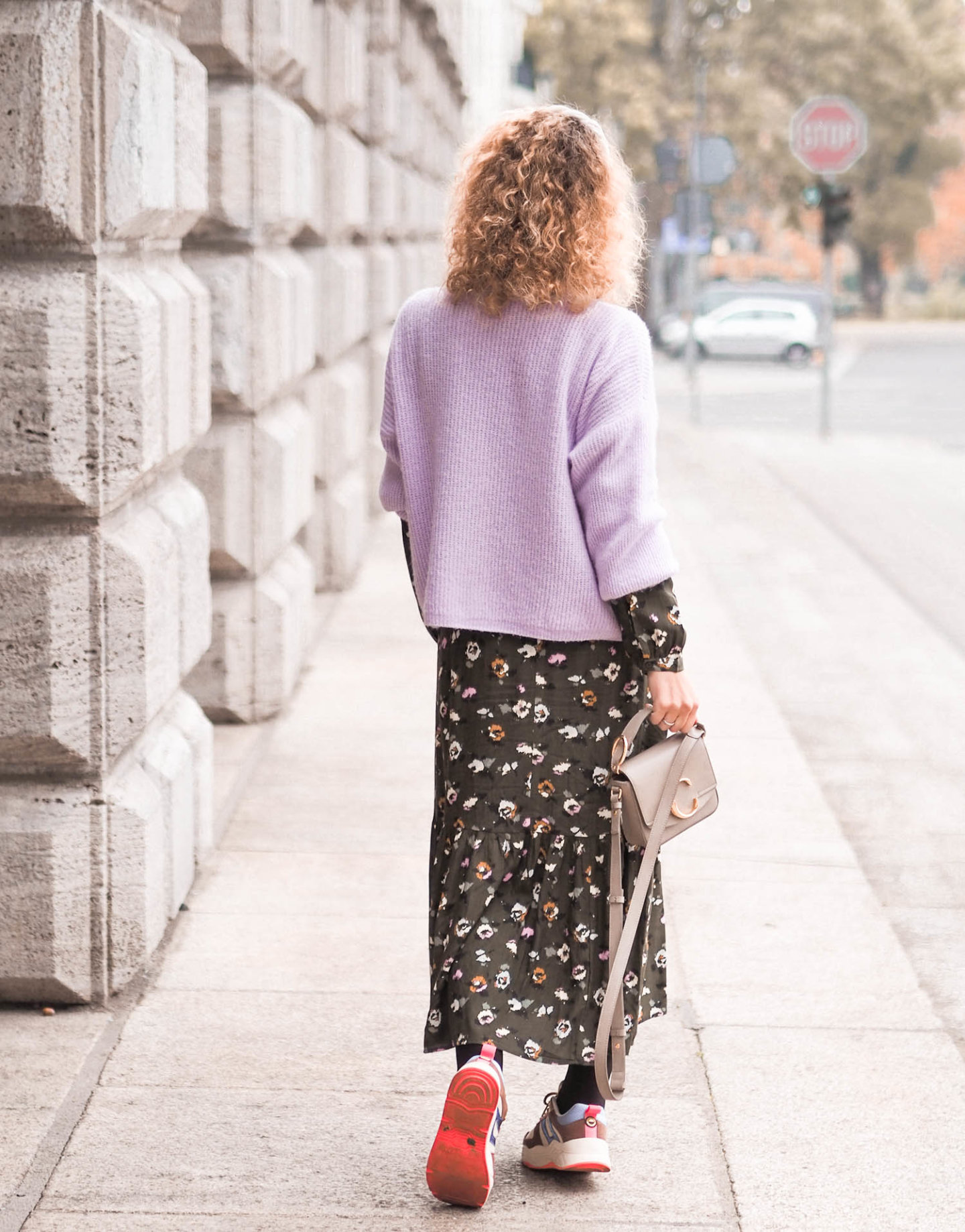 Herbstkombi: Strickjacke über Midikleid