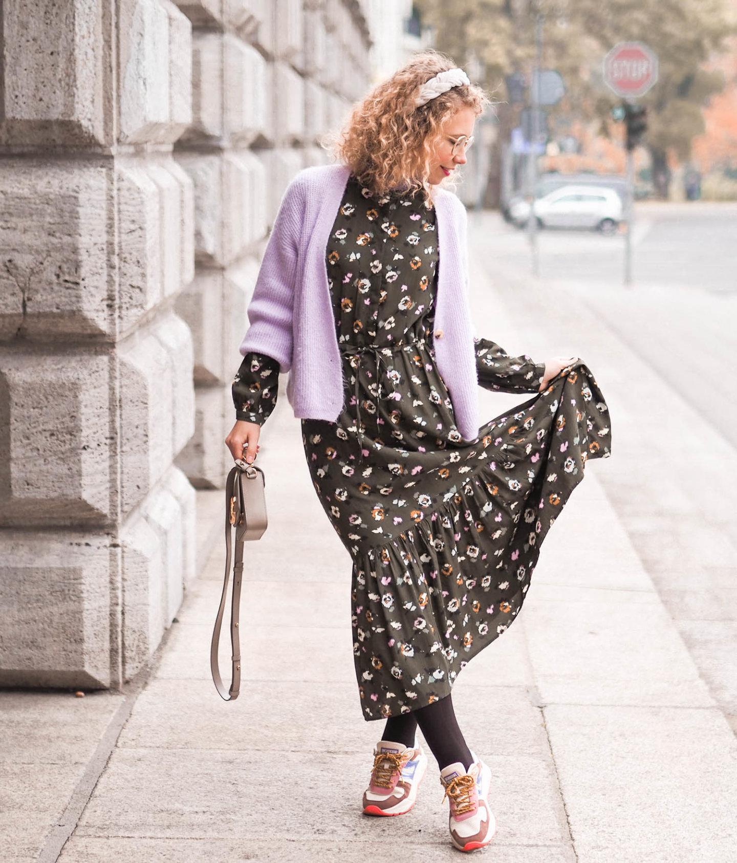 herbstkleid mit cardigan, sneakern und chloé handtasche
