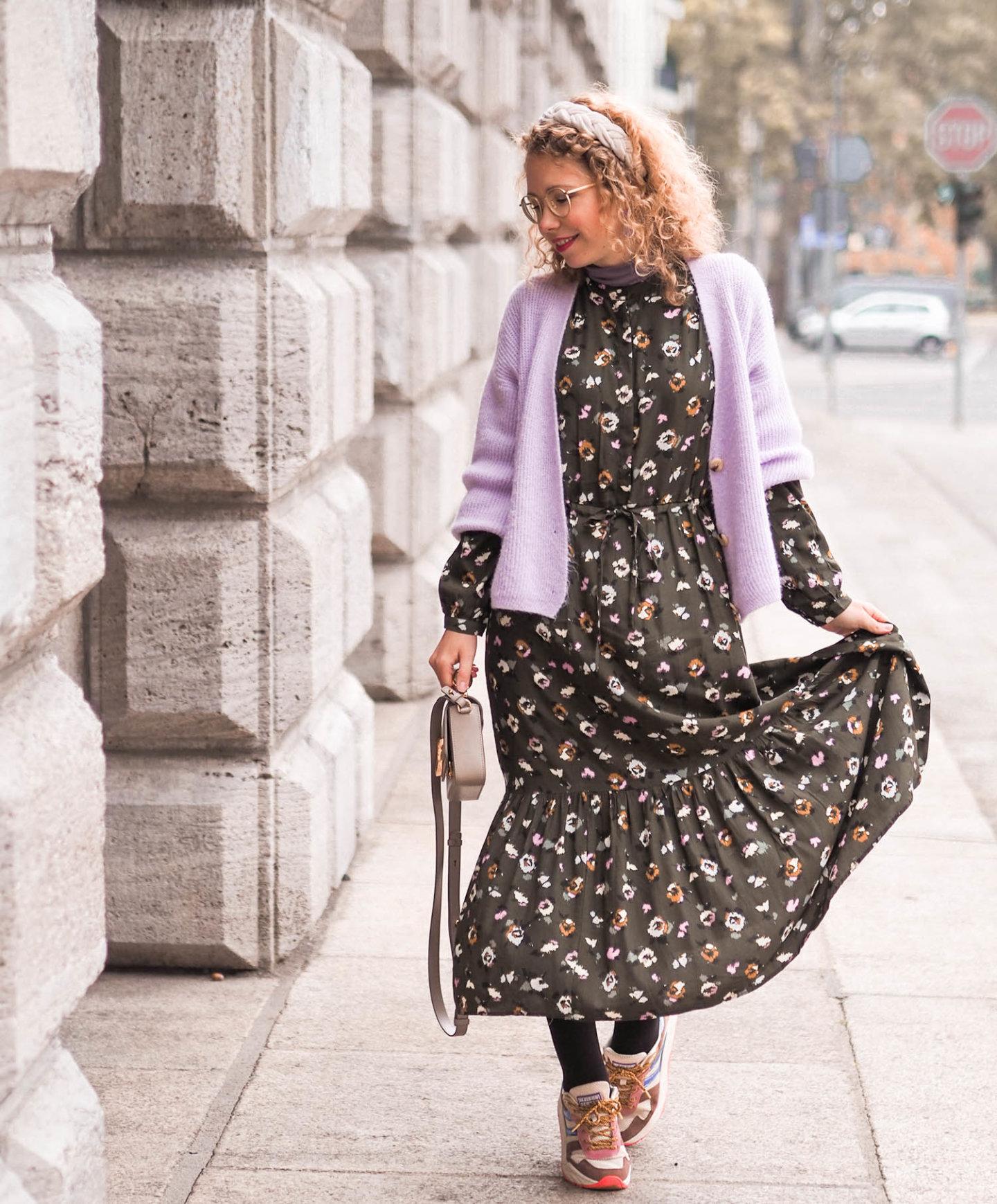 Herbstkleid mit cardigan und sneakers