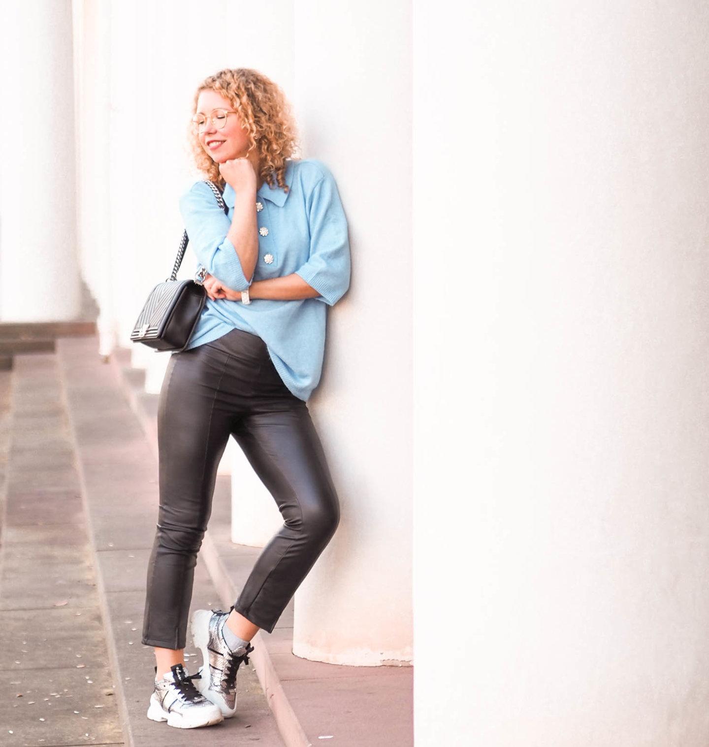 kurzarm-Pullover von H&M, Lederhose von Caledonia, Kennel & Schmenger Chunky Sneaker und Chanel Boy Bag