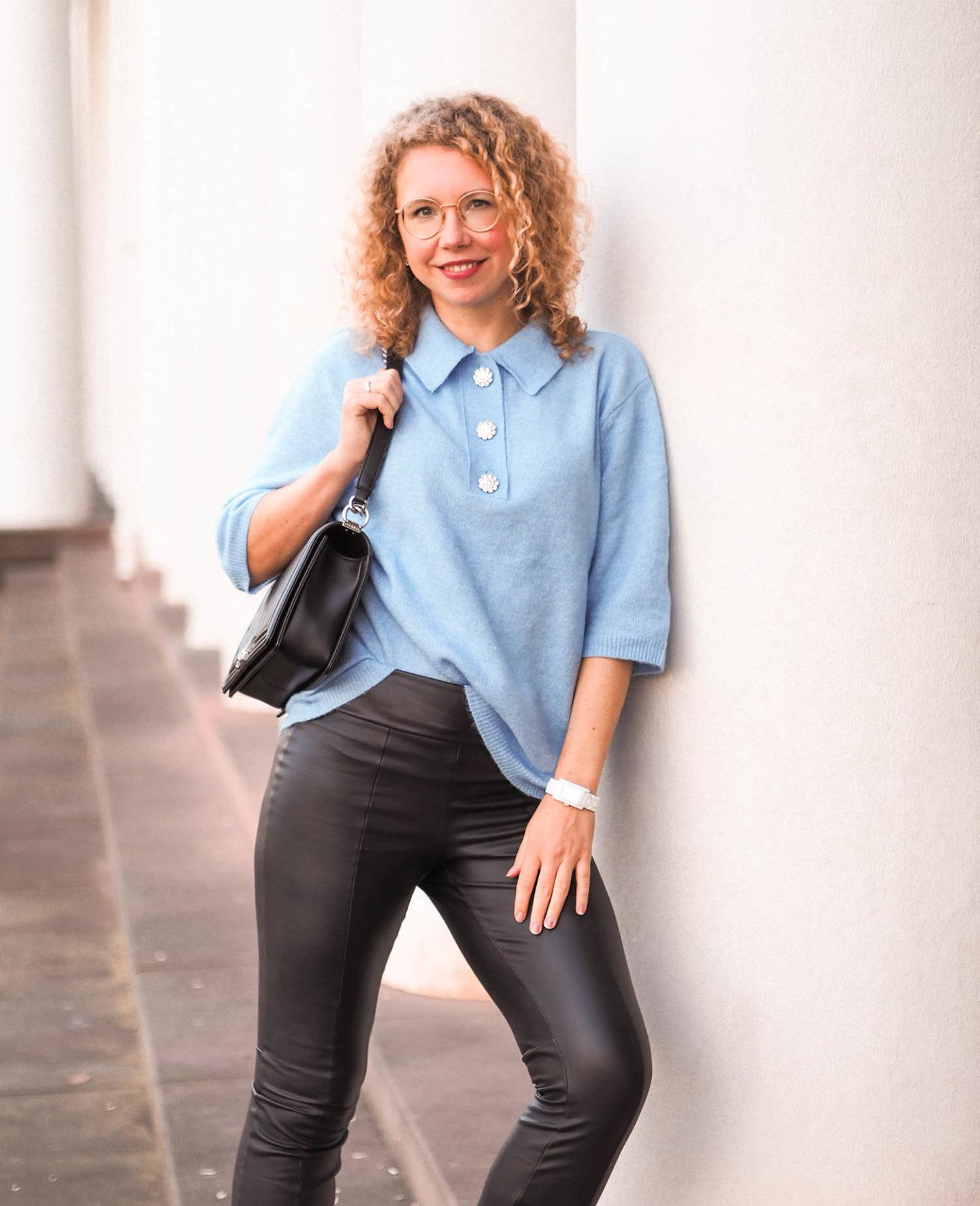 kurzarm-Pullover von H&M, Lederhose von Caledonia und Chanel Boy Bag