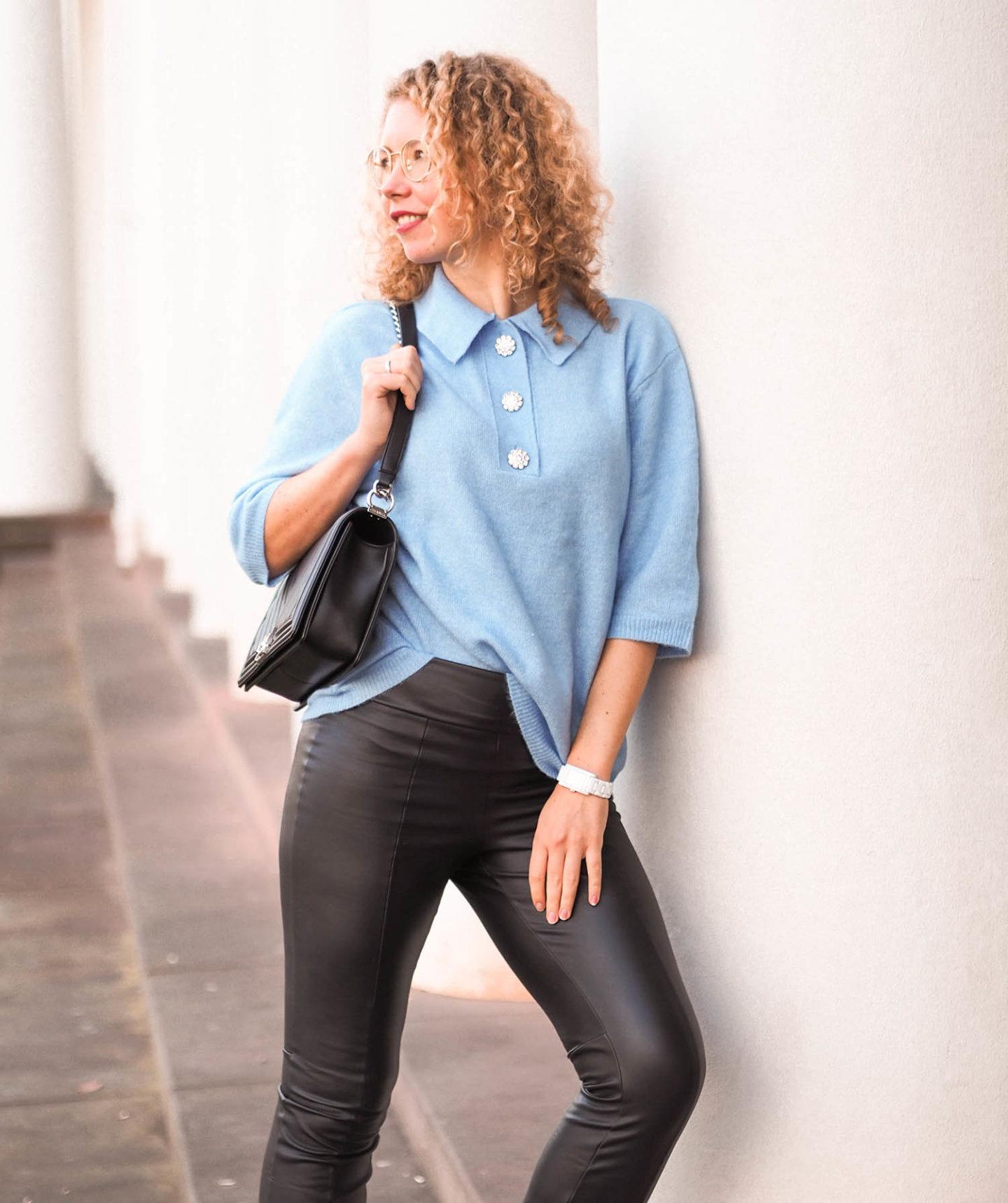 Hellblauer Kurzarm-Pullover von H&M, Chanel Tasche und Lederhose