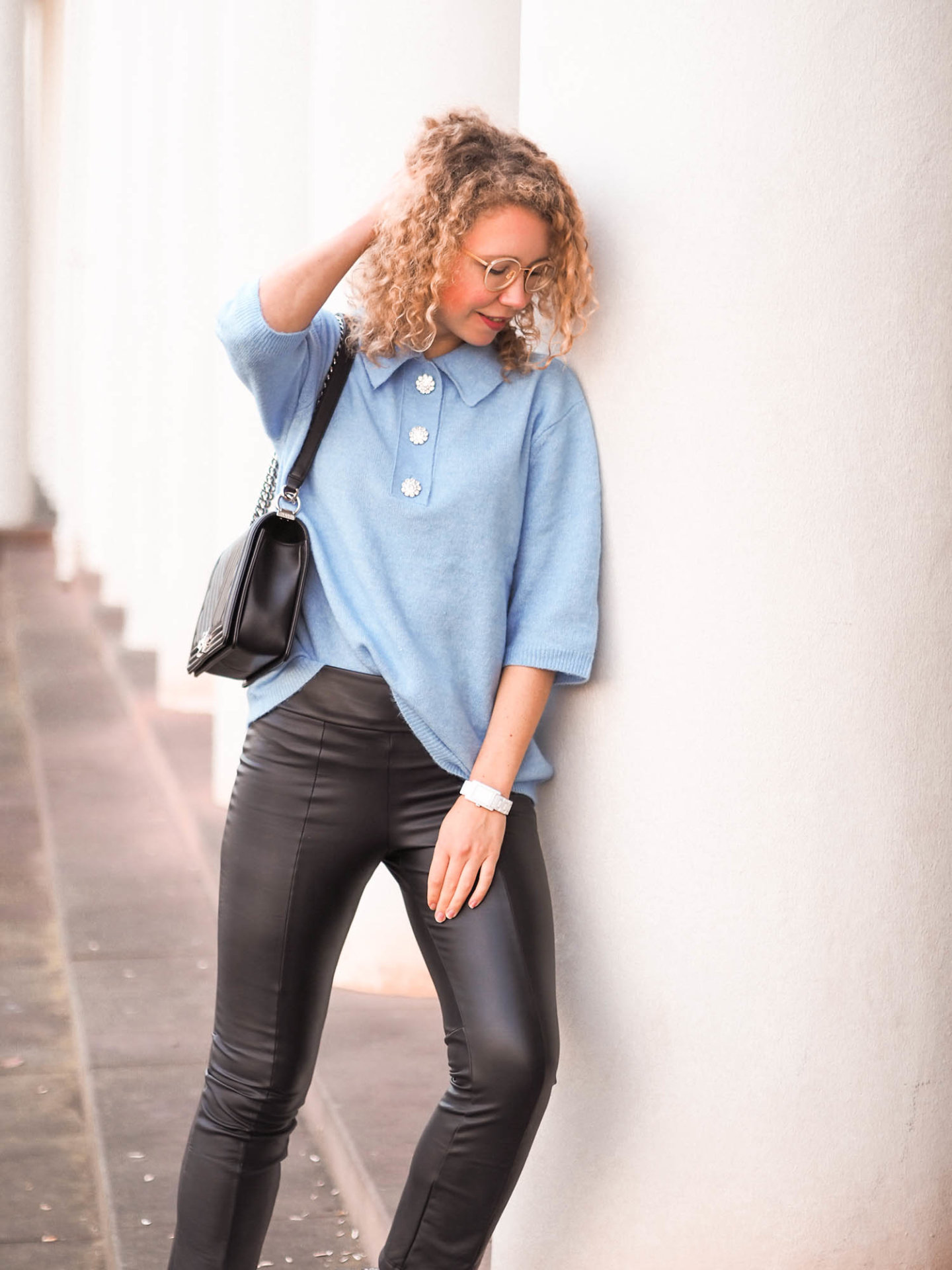 Kurzarm-Pullover und Lederleggings