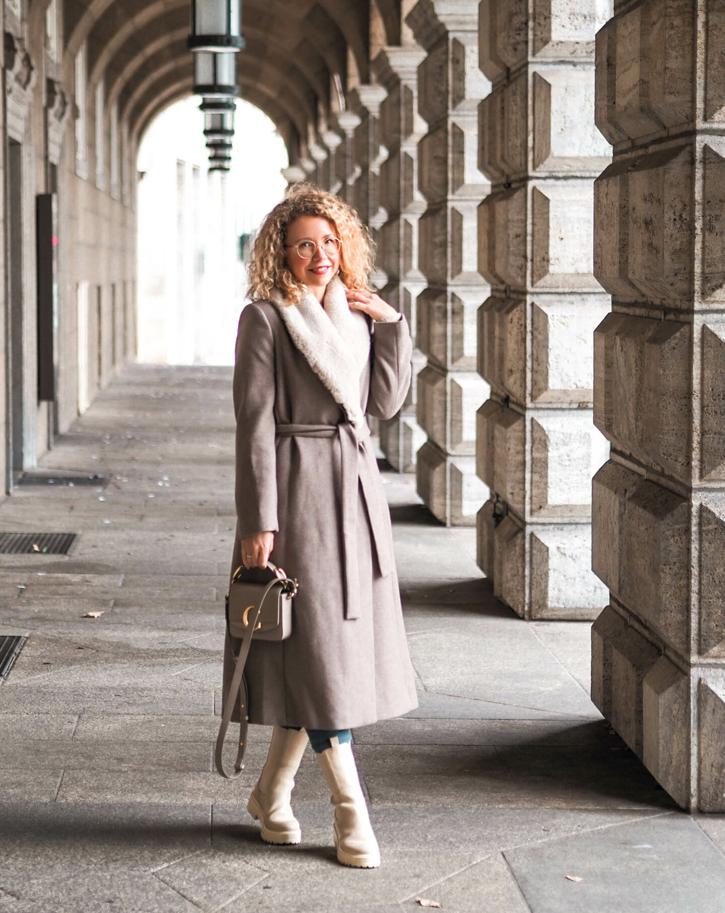 winterlook 2020 in beige mit trend: beige Boots